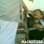 Saudyjczyk bije swojego hinduskiego służącego!