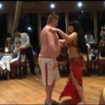 Don Dario uczy się tańca brzucha!