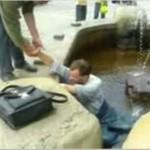 Pijak w fontannie - akcja ratunkowa