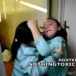 Zaciekła walka małych dziewczynek