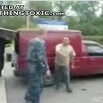 Rosyjski żołnierz kopie awanturnika!