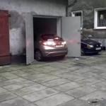 Kobieta wjeżdża do garażu... STRASZNE!