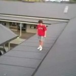 Kolejny śmiałek skoczył z dachu!