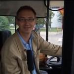 Wesoły kierowca autobusu