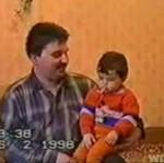 Tatuś - kretyn uczy dziecko palić!