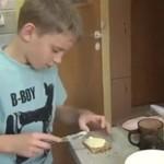 Niezwykła historia: dziecko opiekuje się rodzicami!