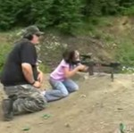 Ośmiolatka strzela z AR - 15