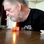 Nie potrzebuje rąk, żeby palić!