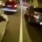 SZALONY motocyklista przelatuje przez tunel