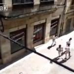 HISZPANIA: mężczyzna ucieka przed bykiem
