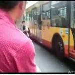Wyszedł z autobusu... oknem!?