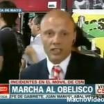 Agresor z tłumu zaatakował reportera!