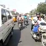 Przechodzenie przez ulicę w Indiach