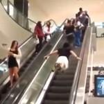 Superman trenuje na ruchomych schodach