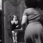 Matka rzuca nożami w dziecko (1956 rok)