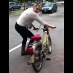 Kobiety przymierzają się do motoru
