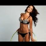 Melanie Iglesias kręci hula hop