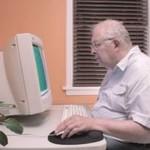 Starszy człowiek i komputer