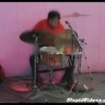Azjata szaleje na perkusji