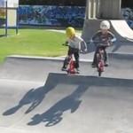 Czteroletnie bliźniaki na BMX-ach