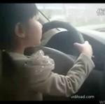Trzylatka prowadzi samochód... Na ruchliwej trasie!