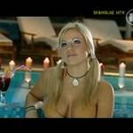 Doda udziela wywiadu w basenie