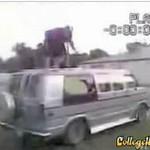 Grubas spadł z dachu auta