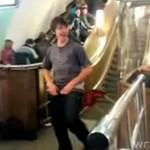 Idiota rozbiera się na stacji metra!