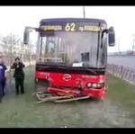 Autobus SKOSIŁ barierkę!