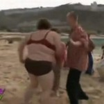 Gruba Beatka tańczy na plaży