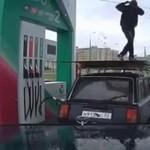 Jak bawią się pracownicy stacji benzynowej?
