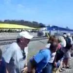 8 tysięcy osób... pokazuje pośladki pociągom!