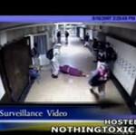 Znokautowali nauczycielkę na szkolnym korytarzu