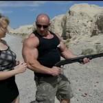 Hardkorowy Koksu prezentuje swoją broń