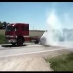 Palenie gumy wozem strażackim