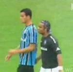 Piłkarz złapał przeciwnika za TYŁEK!