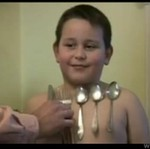 Ten dzieciak przyciąga metalowe przedmioty!