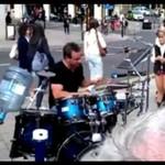 Uliczny perkusista - prawdziwy wymiatacz!