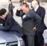 Silvio Berlusconi zachodzi od tyłu...