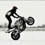 Motocyklowe popisy na lodzie