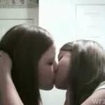 Lesbijski pocałunek- śliczny!