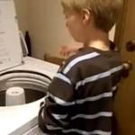 Autystyczne dziecko gra na pralce
