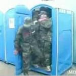 10 żołnierzy w przenośnej ubikacji