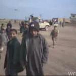 Żołnierz śmieje się z irackich dzieci