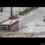 Autobusem przez powódź!