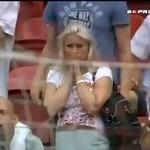 Blondynka - prawdziwy kibic!