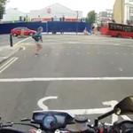 Motocyklista straszy pieszych