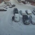 Kobieta odśnieża samochód