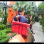 Przerażony pasażer słonia