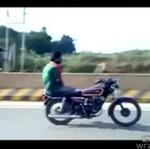 Jedzie na motorze, chociaż... nie ma rąk!